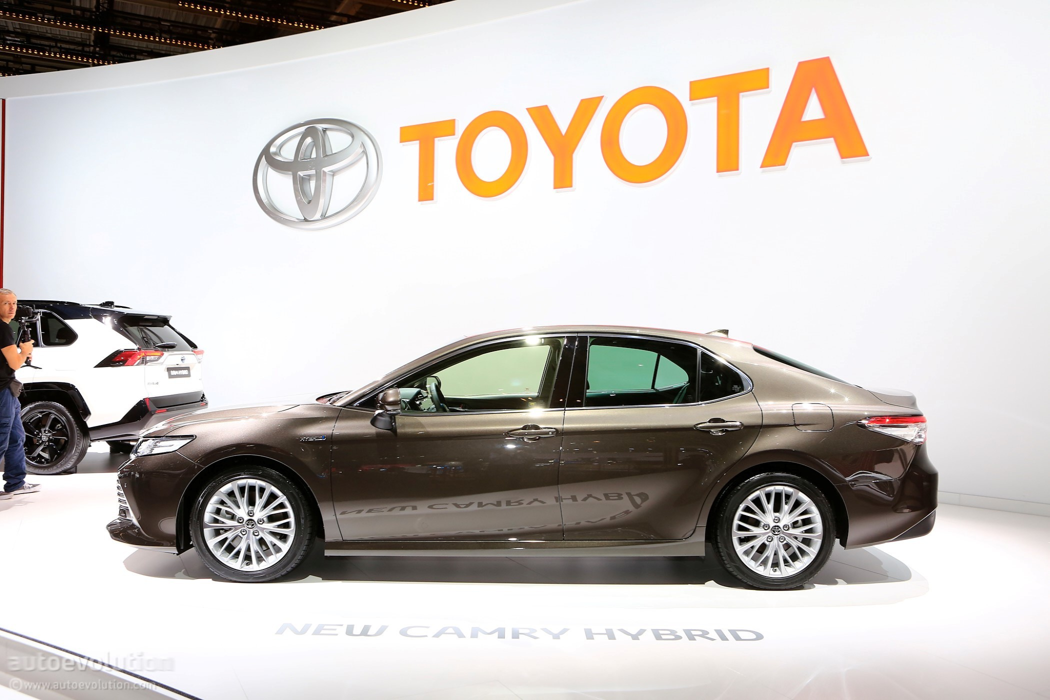 all new camry hybrid 2019 upgrade grand avanza e ke veloz toyota shows up in paris with powertrain