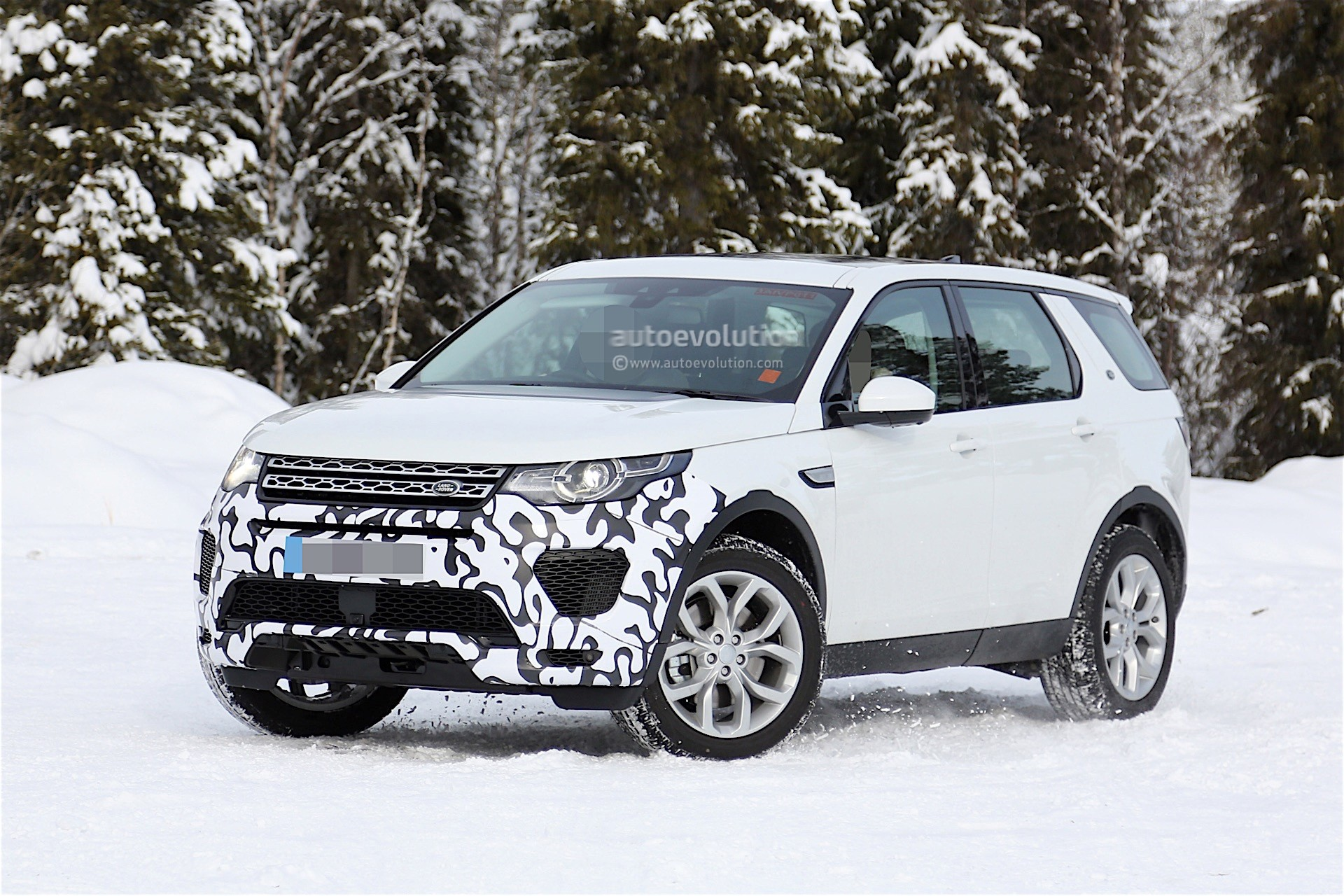 Land Rover Is Testing a New Prototype of the Discovery Sport