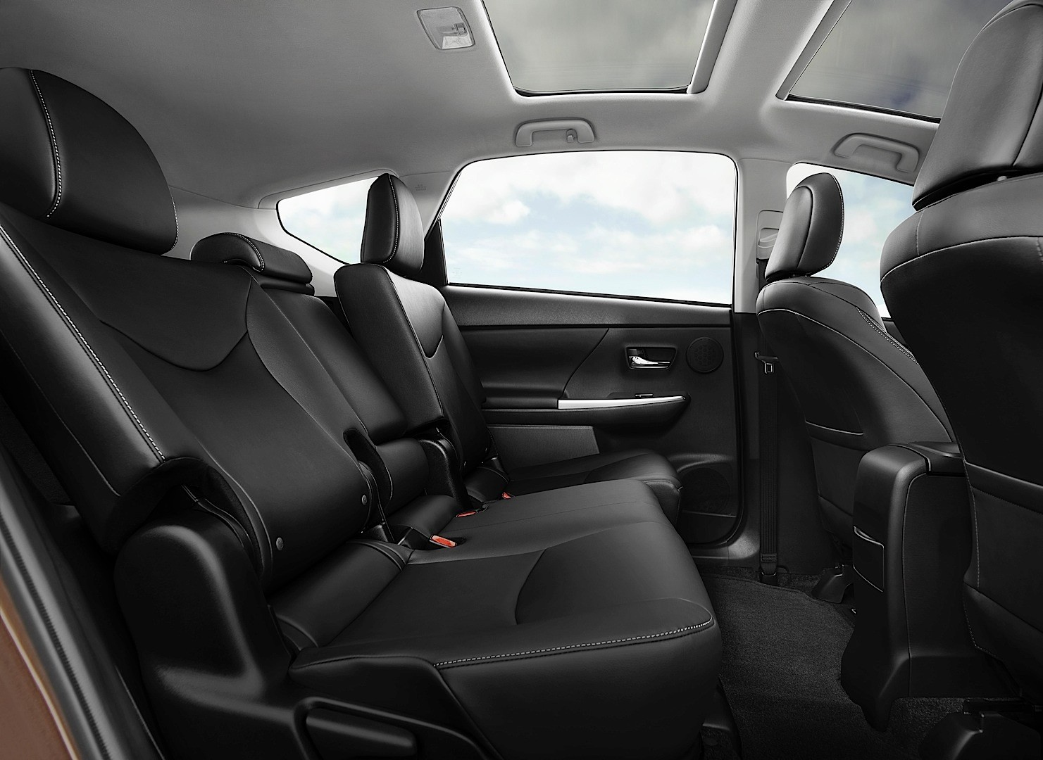 Toyota Gives The Big Prius V A 2015 Overhaul Adds Style