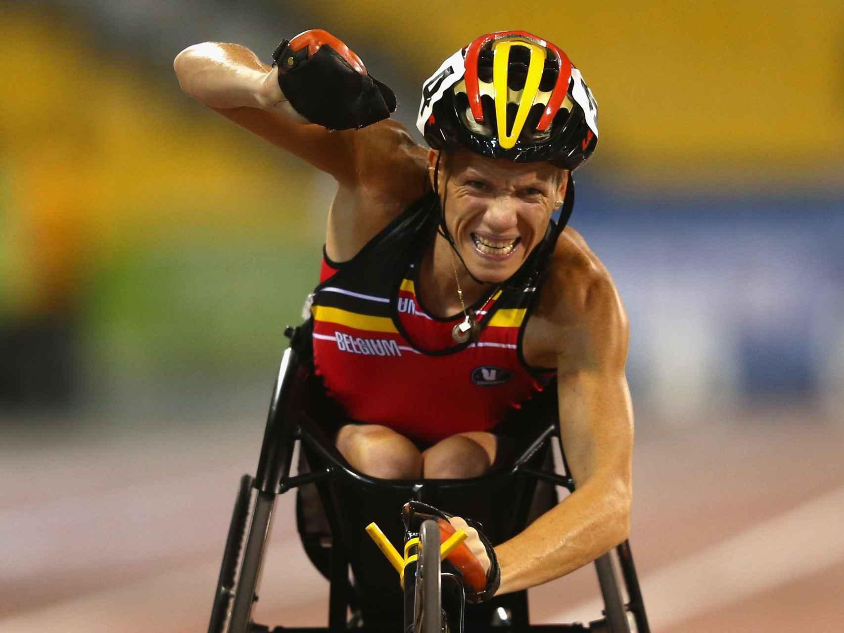 Marieke Vervoort celebra con rabia la victoria en los 100 metros de Londres.