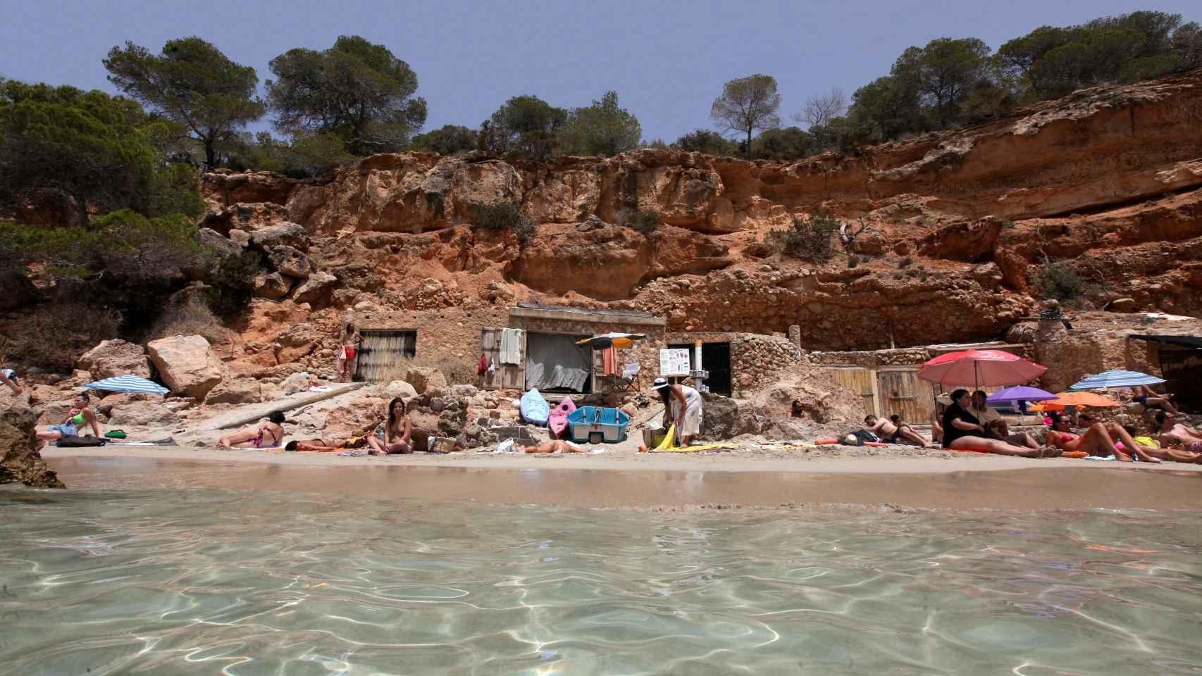 Alrededor de la cueva de Miguel, los turistas extienden sus toallas.
