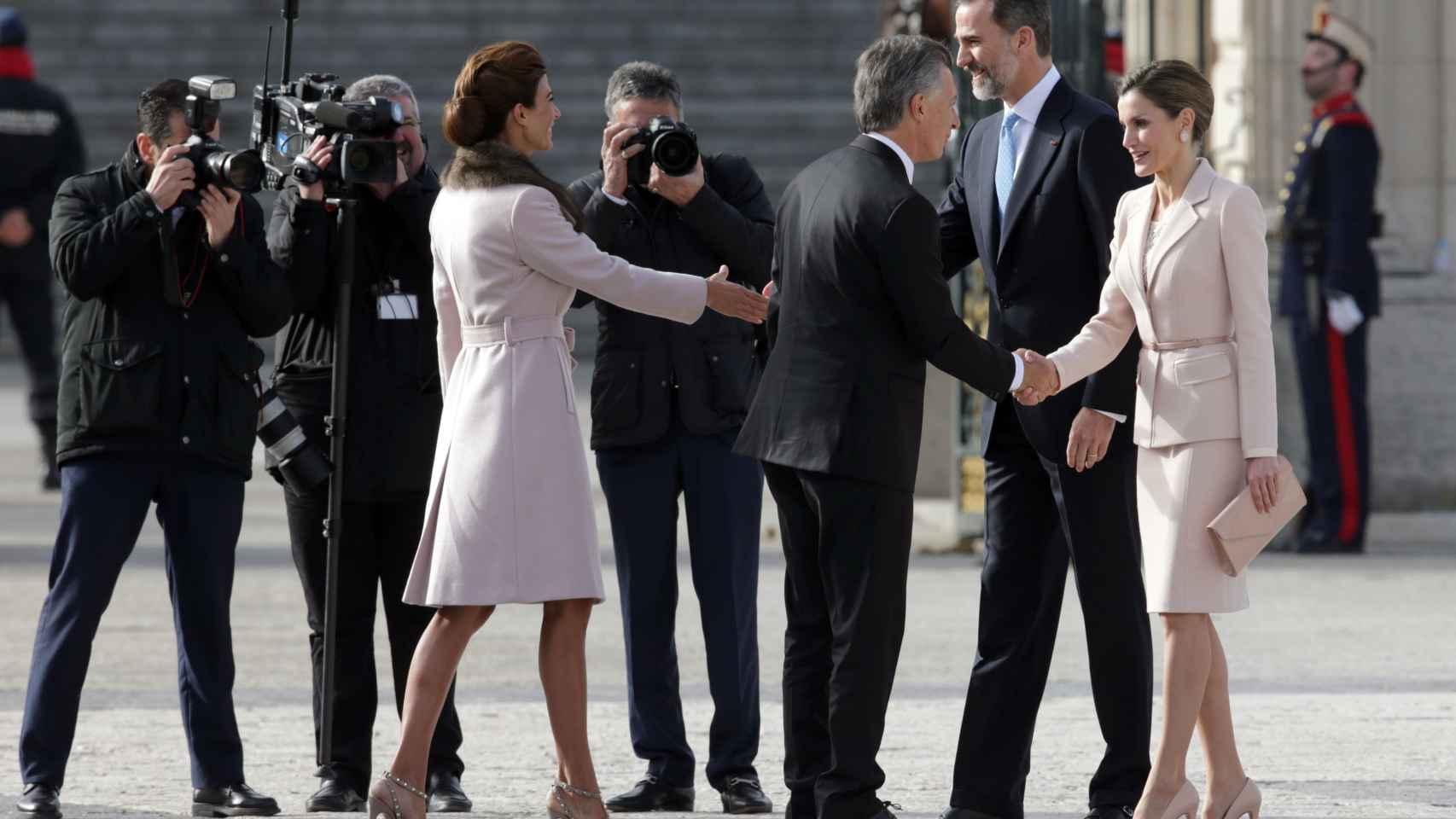 El saludo entre Juliana Awada y Felipe VI y Mauricio Macri y Letizia.