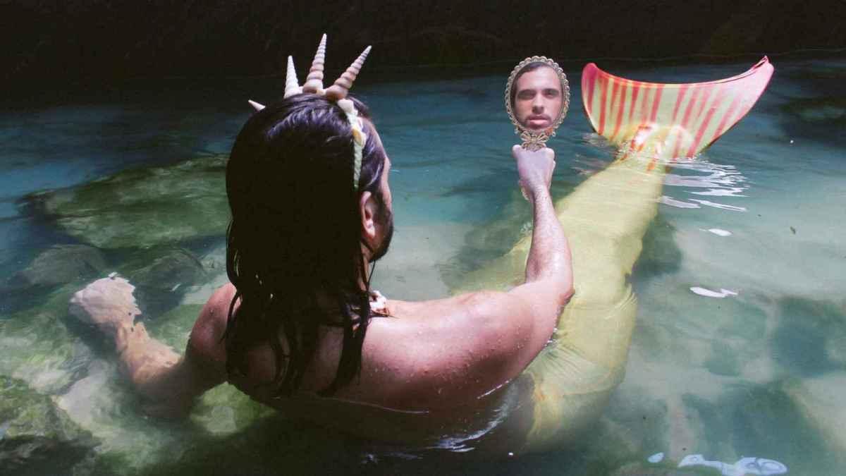 Davi Sereio posando como sirena.