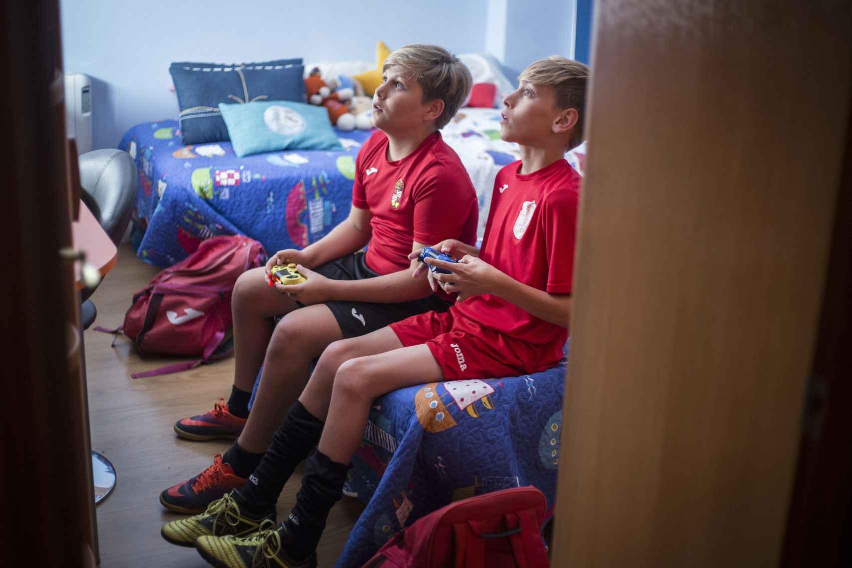 Fran en casa de su primo disputando un partido de fútbol en una consola de videojuegos.