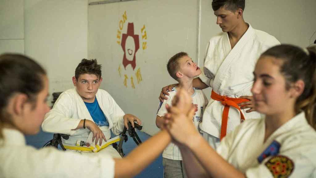 Los alumnos en plena clase de karate.