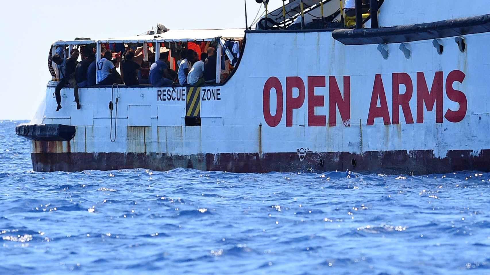 """El 'Open Arms' reta a Calvo: """"Que venga al barco a explicar su oferta. No  somos los taxis del mar"""""""