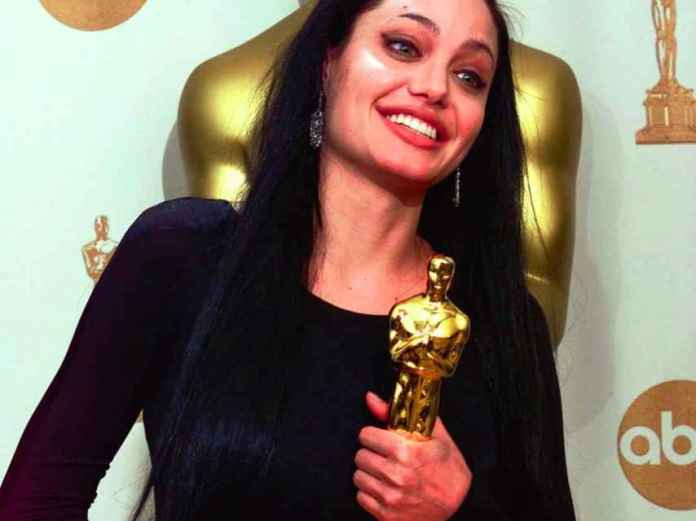 Angelina Jolie posing with the award for best supporting actress for 'girl interrupted'.