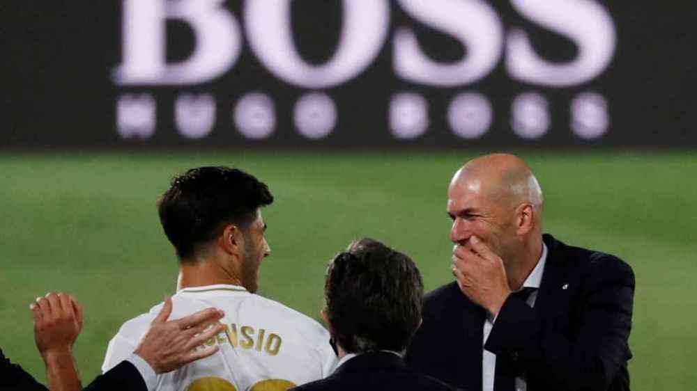 Zidane dialoga entre risas con Marco Asensio