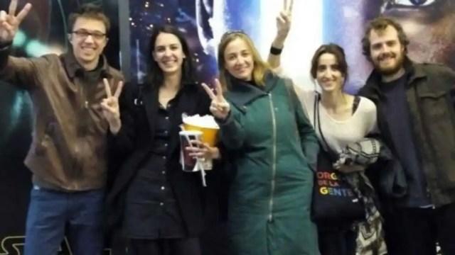 Errejón, Maestre y Sánchez con unos amigos en el cine.