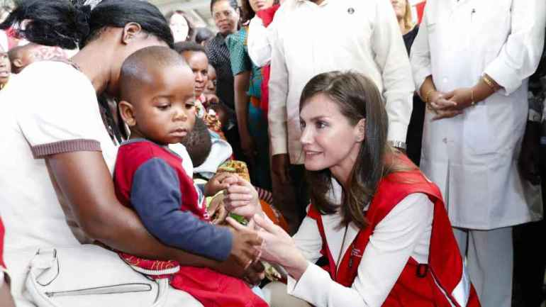 Queen Letizia with children suffering from Malaria on her last cooperation trip in the Mozambican town of Manhiça.