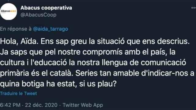 Mensaje de Abacus en Twitter pidiendo la identidad de la cajera que habló en castellano.