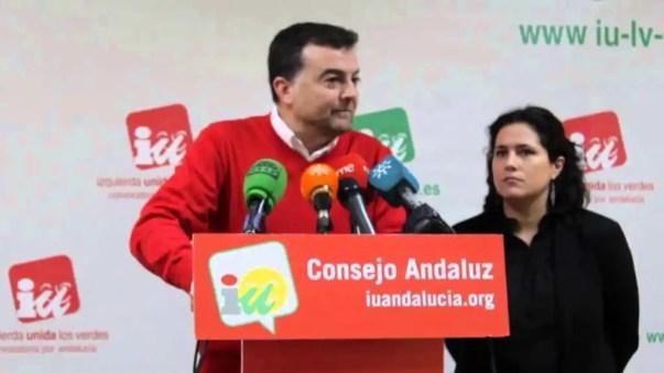 En el centro, el ex coordinador general de IULV-CA, Antonio Maíllo; a la derecha, Amanda Meyer, en una foto de 2014.