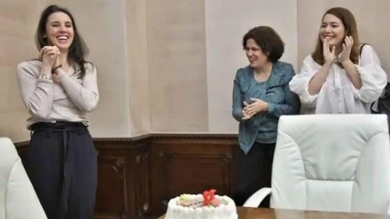 A la izquierda, la ministra Irene Montero en su cumpleaños. En el centro, Amanda Meyer, jefa de gabinete.