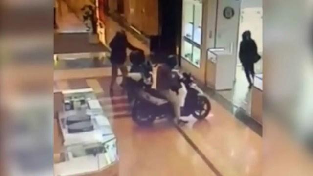 Los tres atracadores entrando en la joyería.