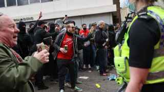 Police try to control Manchester United fans