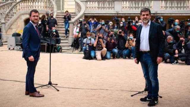 Pere Aragonès (ERC) y Jordi Sànchez (JxCat), durante la presentación del acuerdo en los jardines del Palau Robert (Barcelona).