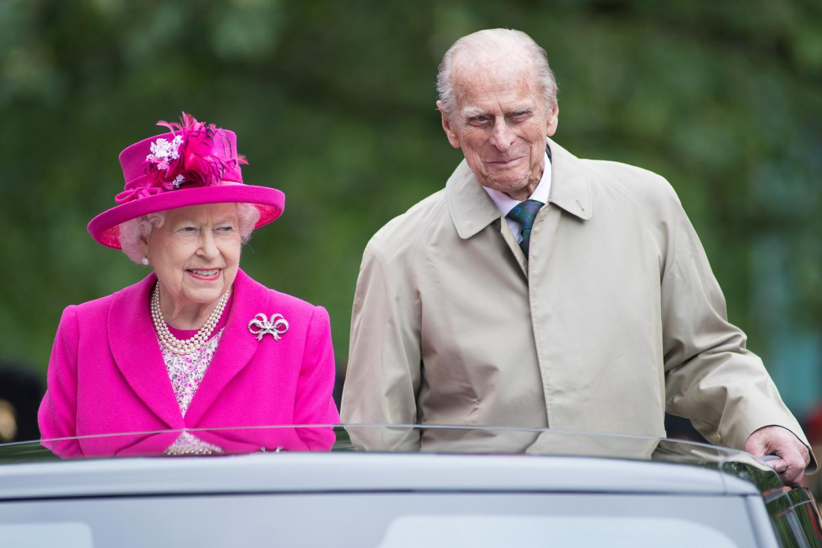 Queen Elizabeth Prince Philip Celebrate 70th Wedding Anniversary With Photoshoot