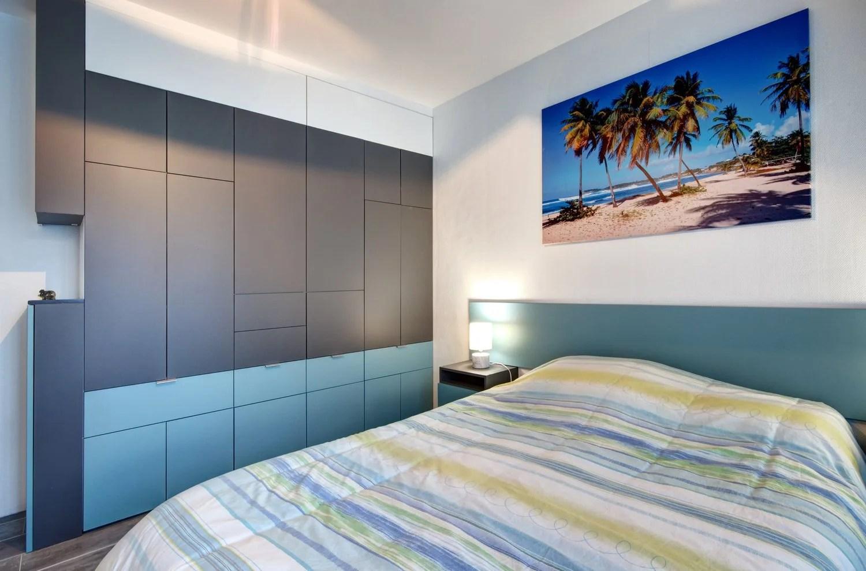 Tout un mur de rangement noir et bleu dans la chambre de Norbert  Caudan  Leroy Merlin