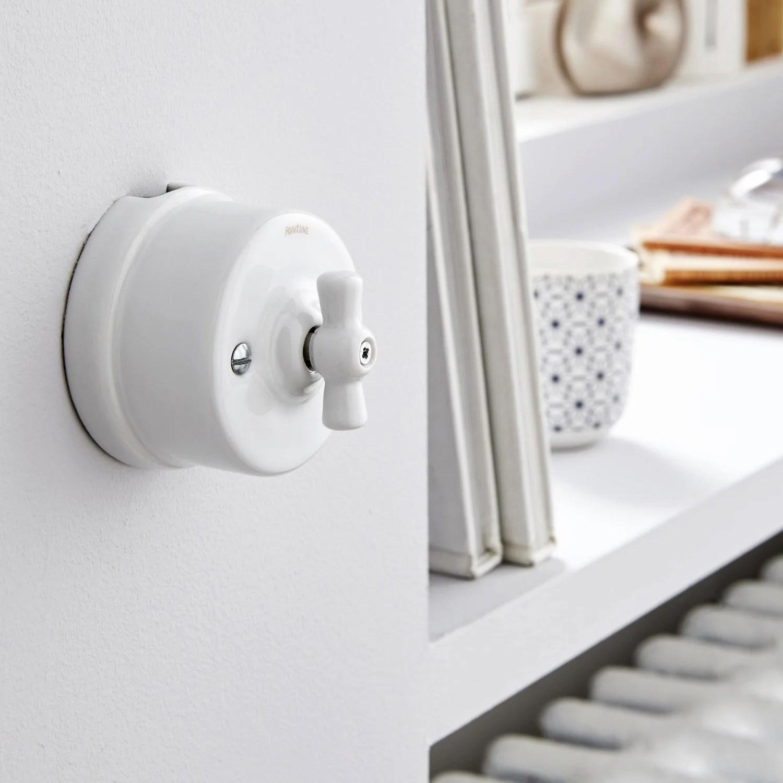 Un interrupteur vintage en porcelaine blanche  Leroy Merlin