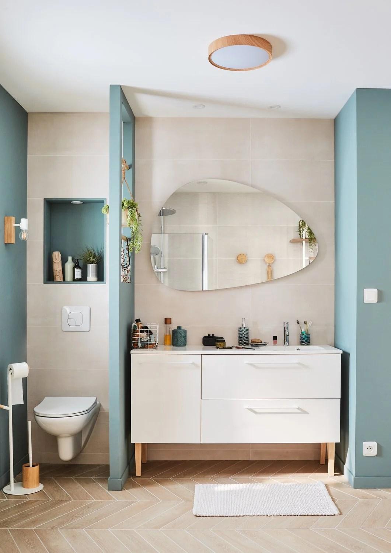 meuble de salle de bains avec une