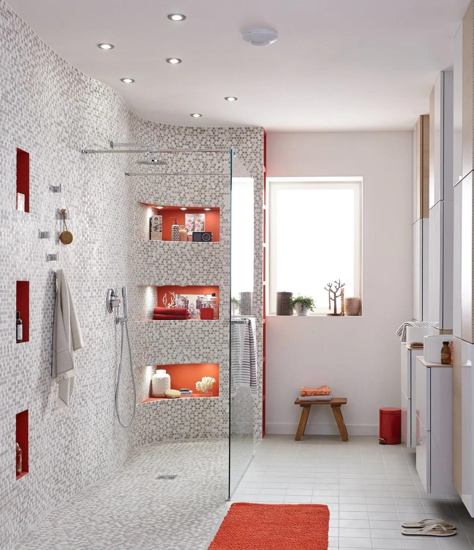 une grande douche a l italienne avec des touches de orange
