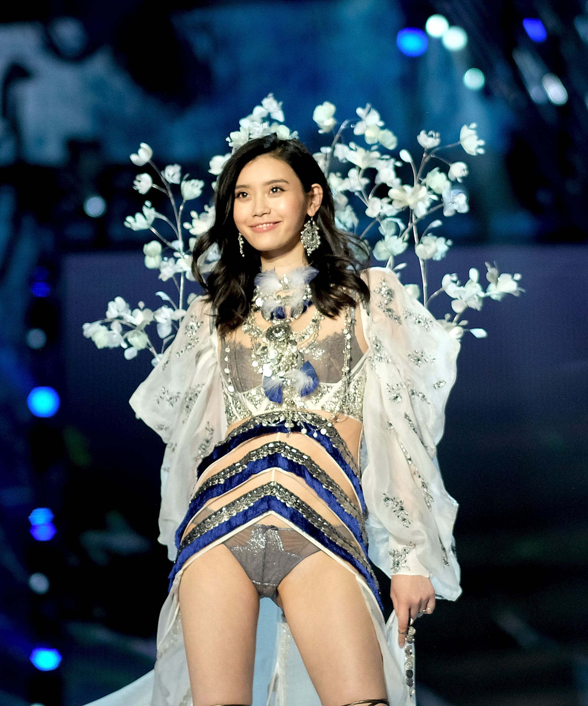 Wonderful! Chinese Model Recovers Gracefully After Falling At Victoria's Secret Fashion Show