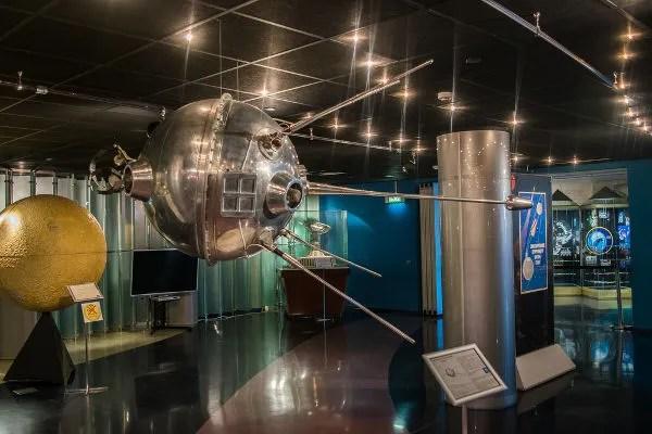 Réplica do Sputnik 1, primeiro satélite enviado pelos soviéticos em outubro de 1957.