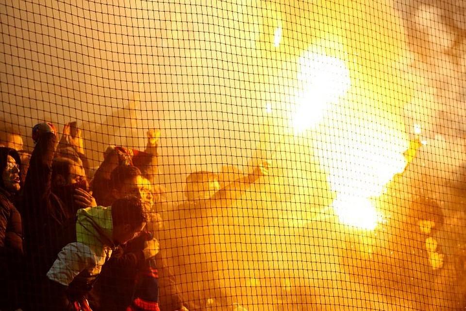 Болельщики ЦСКА во время матча с «Ромой» жгли на трибунах файеры