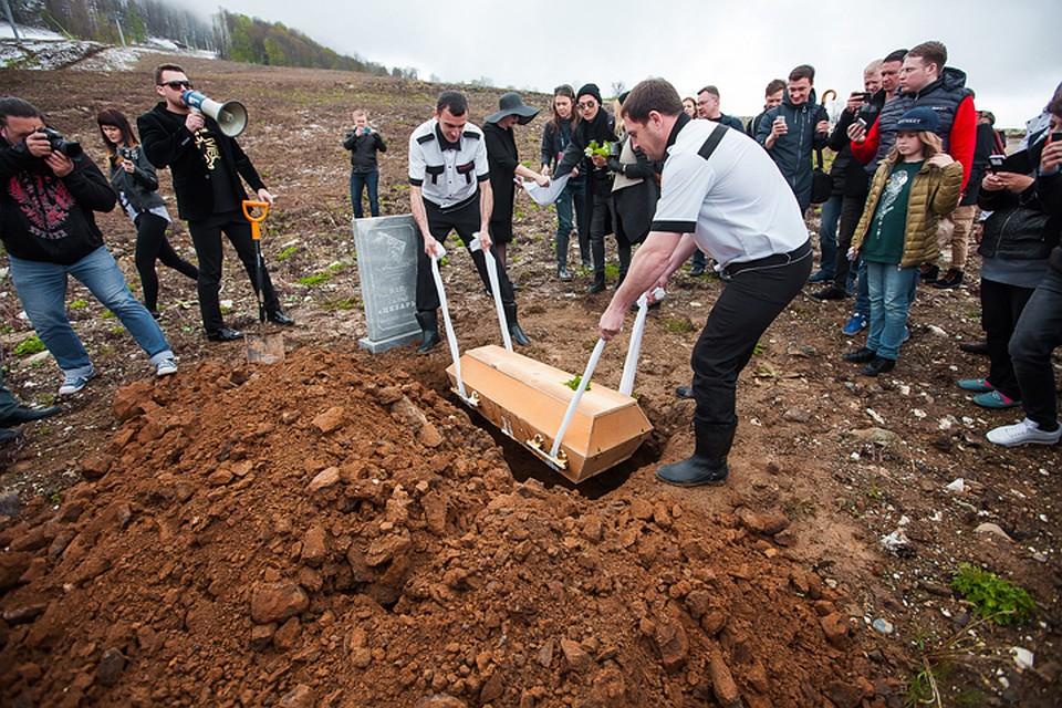 Вместо гвоздик на крышку гроба положили листик салата. Фото: пресс-служба гастрономического фестиваля Gastreet