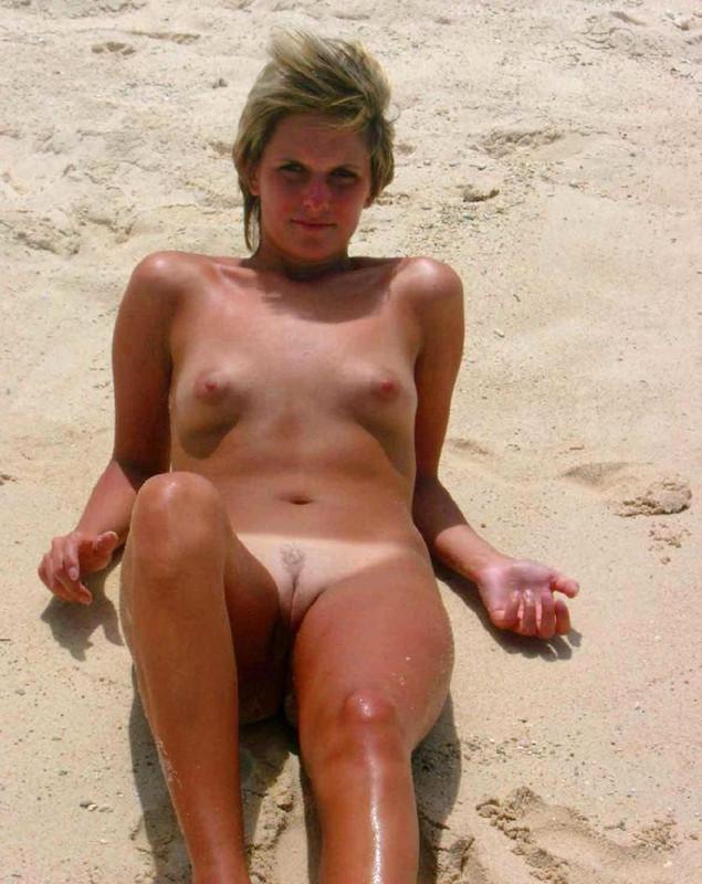 fete singure si goale pe plaja 09
