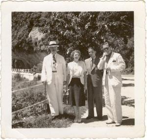 Brésil 1940 (Mission d'achats de l'armée). De g. à dr.: Intendant militaire Eurde, Betty Décotte, Sergent Lagrange, Maurice Décotte (sur la route de Petropolis)
