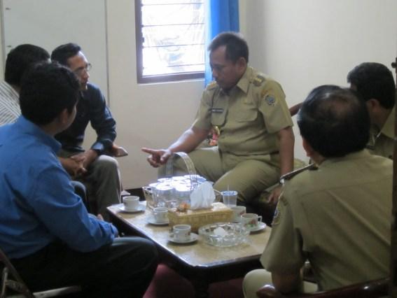 Bupati Heru tampak berbincang bersama komisioner KPU Tulungagung di ruang Ketua KPU Tulungagung.