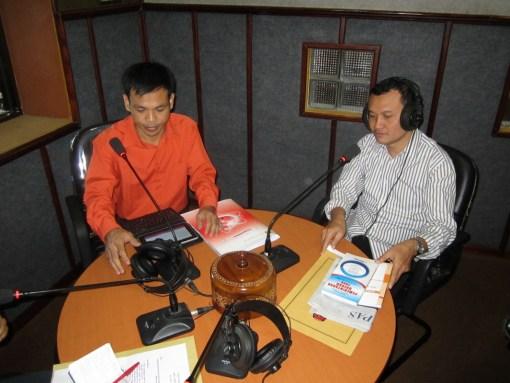 Suyitno Arman saat berdialog dengan pendengar Radio Liiur FM