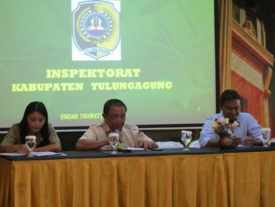 Sekretaris KPU Tulungagung, Drs Moh Mafachir MM menjadi moderator dalam Bimtek Penata Usahaan dan Penyusunan Laporan Keuangan, Senin (24/9).