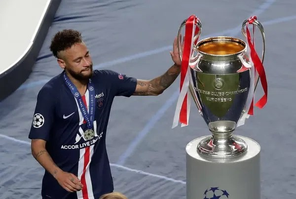 Após receber medalha de prata, Neymar encosta na taça, que não pôde conquistar — Foto: Manu Fernandez/Reuters