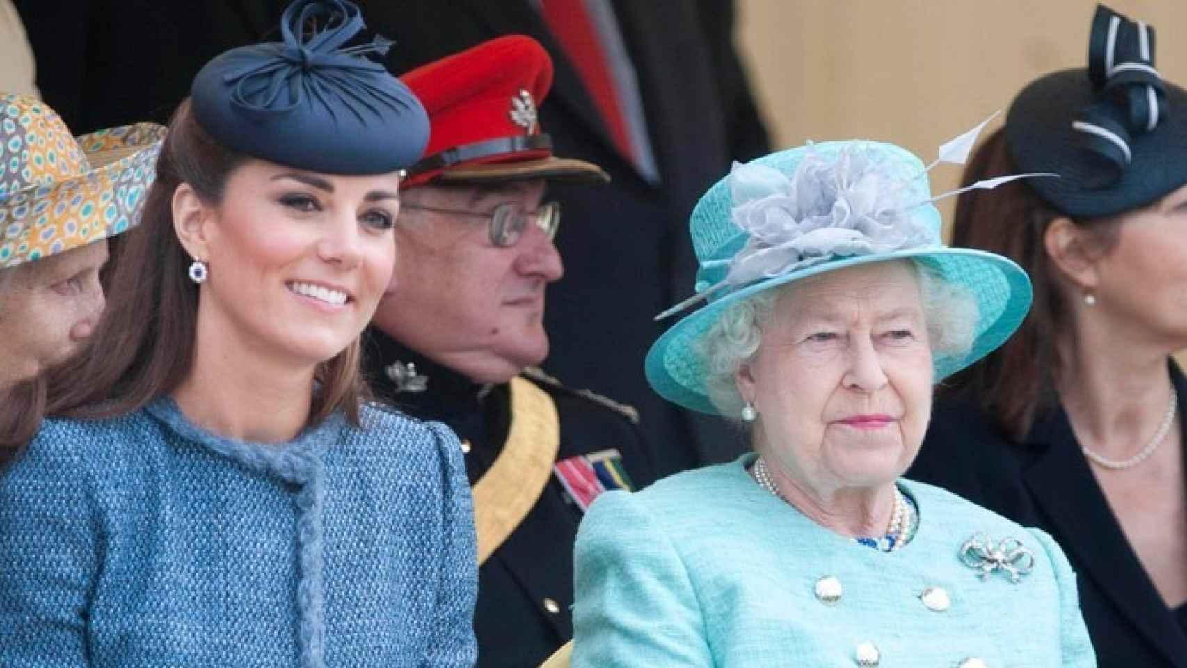 Isabel II junto a Kate Middleton.