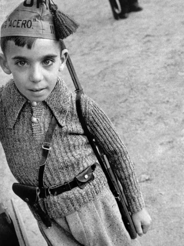 Un niño con una gorra que pertenece al Batallón de Acero, de la milicia anarquista Unión de los Hermanos Proletarios. David Seymour / Magnum Photos / Contacto