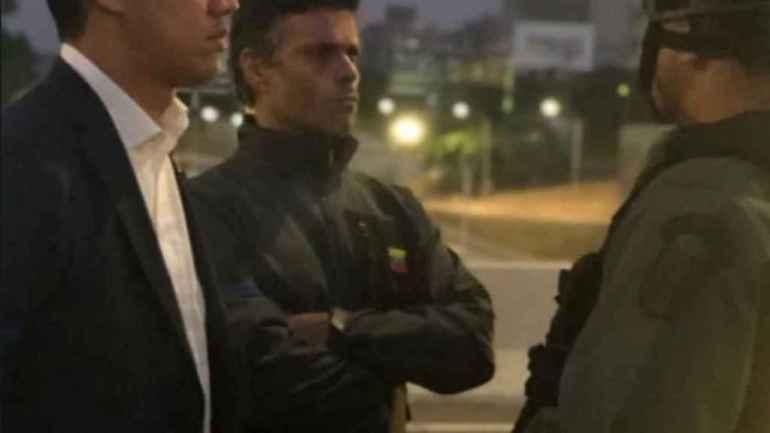 Leopoldo López y Juan Guaidó en una conversación con un militar tras la liberación.