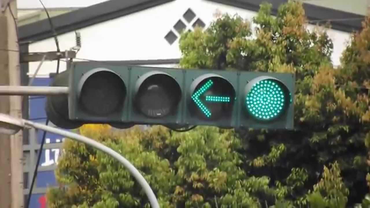綠燈了還不走?民眾等號誌「箭頭燈亮了才敢左轉」 員警澄清「圓形綠燈就能轉了」網友:根本陷阱 - Fun頭條