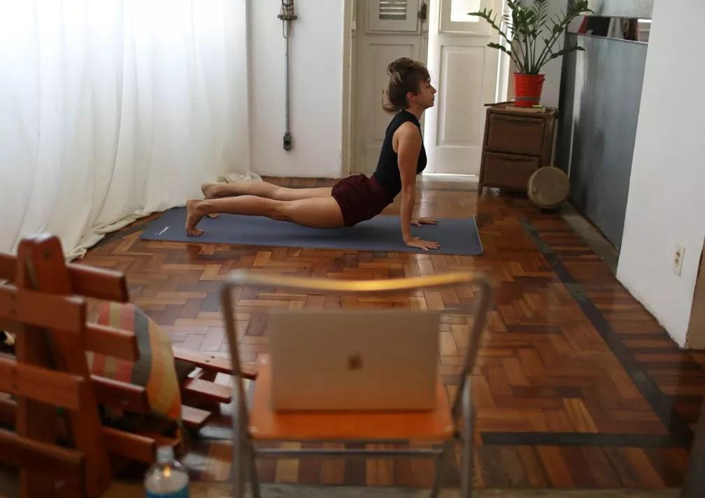 Chris Igreja, 29, ensina ioga pela internet — Foto: Reuters/Pilar Olivares