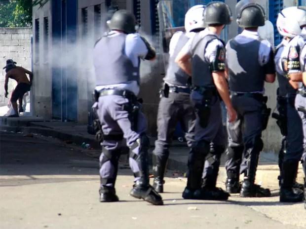 PM chegou a usar bombas de efeito moral durante reintegração (Foto: Tony Campos/ Futura Press/ Estadão Conteúdo)