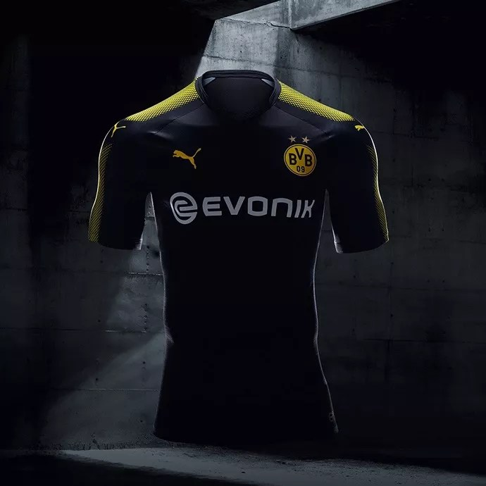 d9e01244a O Borussia Dortmund e a Puma inovaram no uniforme nº 3 da equipe alemã para  a temporada 2017/2018. Com uma pegada street, a Puma traz um uniforme com  um ...