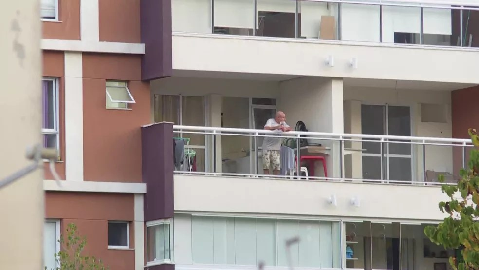 Fabrício Queiroz, na varanda de seu apartamento na Zona Oeste do Rio — Foto: Reprodução/GloboNews