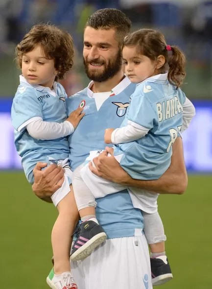 A cara de bom moço e o apelido de Il Timido do meia Antonio Candreva fazem dele um dos mais cobiçados galãs da seleção italiana