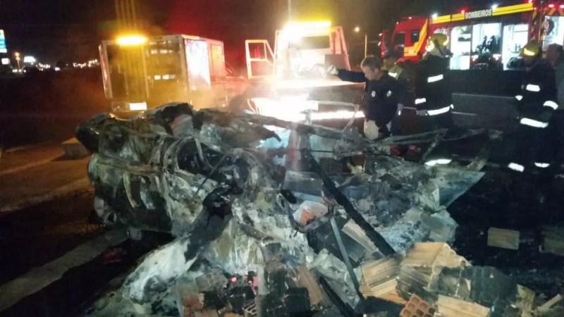 Colisão ocorreu durante a madrugada e motorista do carro morreu carbonizado — Foto: PRF/ Divulgação