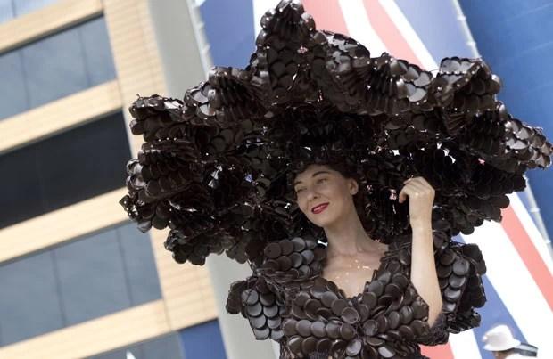 Larisa Katz, roupa e chapéu gigante feito de chocolate, Sweet Amado