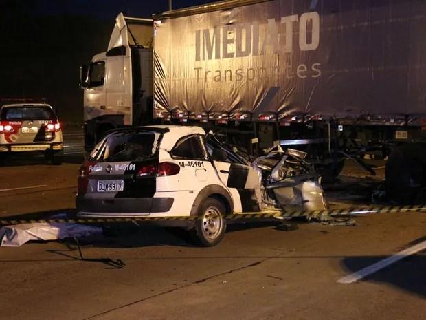 Viatura roubada foi parar embaixo de carreta na rodovia Bandeirantes, em Itupeva (Foto: Edison Temoteo/Futura Press/Estadão Conteúdo)