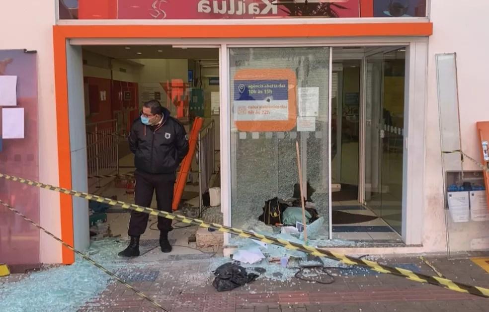 Agências bancárias foram atacadas na madrugada desta quinta-feira (30) em Botucatu — Foto: TV TEM/Reprodução