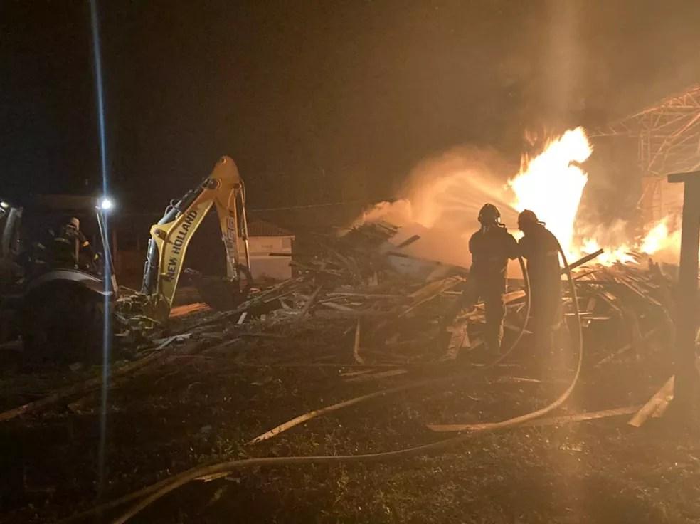 Galpão em polo moveleiro no interior do AC ficou destruído após incêndio — Foto: Arquivo/Bombeiros