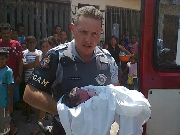 PM Beraldo fez o parto da bebê que nasceu com 3 quilos e 49 centímetros (Foto: Divulgação/Polícia Militar)